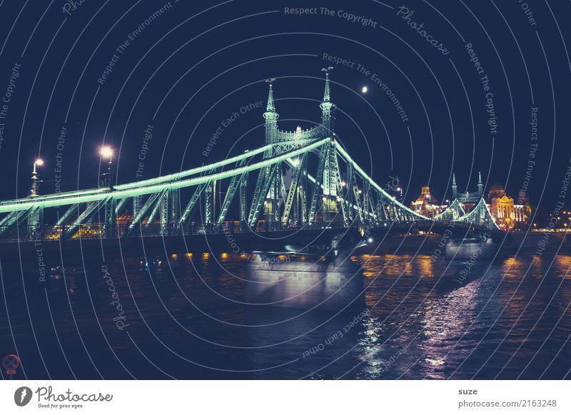 Freiheitsbrücke bei Nacht Ferien & Urlaub & Reisen Tourismus Sightseeing Städtereise Kultur Himmel Fluss Stadt Hauptstadt Stadtrand Altstadt Brücke Bauwerk