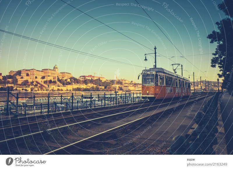 Nr. 2 Ferien & Urlaub & Reisen Tourismus Sightseeing Städtereise Kultur Flussufer Stadt Hauptstadt Stadtrand Altstadt Architektur Verkehrsmittel Personenverkehr