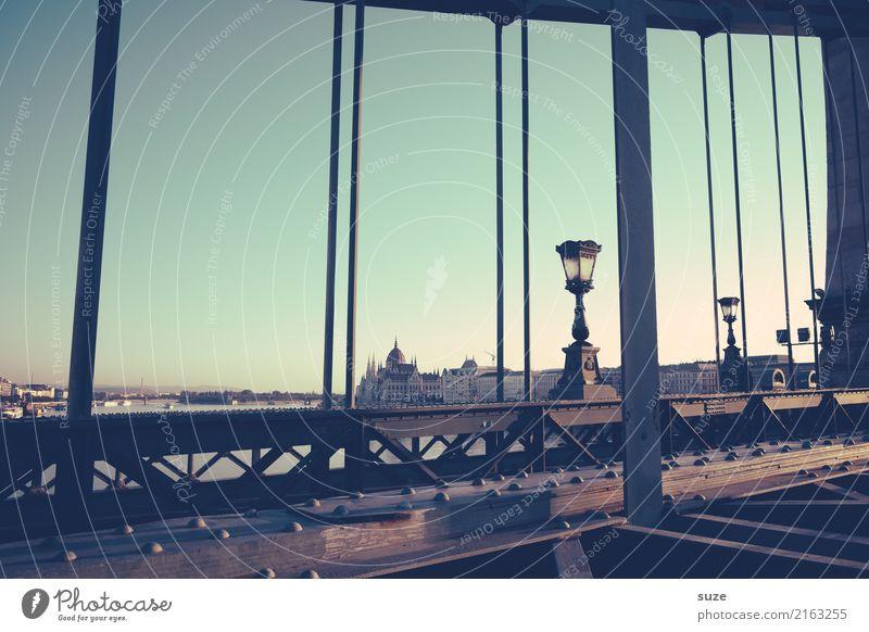 Tragendes Streben Tourismus Sightseeing Städtereise Kultur Fluss Stadt Hauptstadt Stadtrand Altstadt Brücke Bauwerk Architektur Sehenswürdigkeit Wahrzeichen