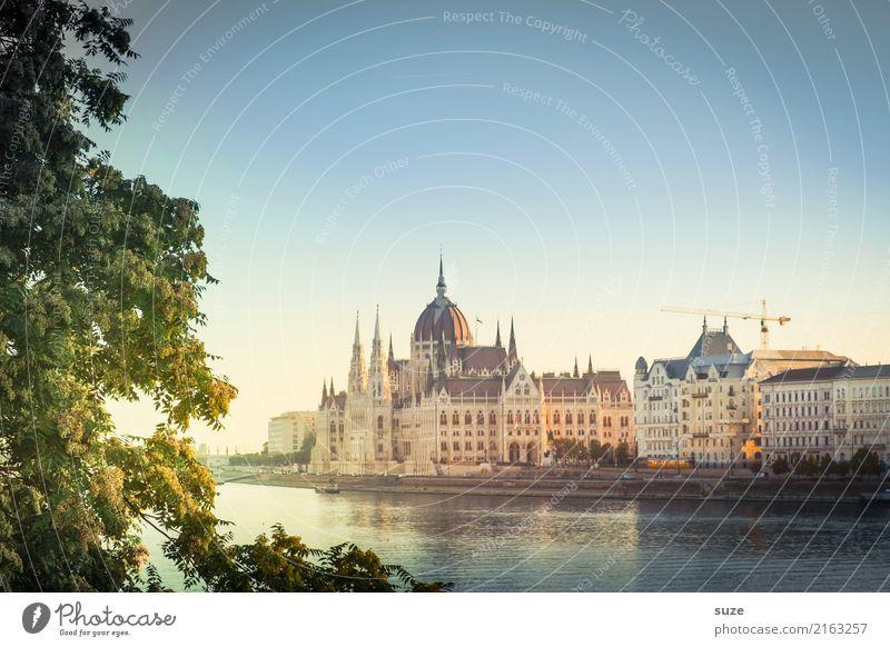 Im Bilde Ferien & Urlaub & Reisen Tourismus Sightseeing Städtereise Kultur Blatt Fluss Stadt Hauptstadt Stadtrand Bauwerk Architektur Sehenswürdigkeit