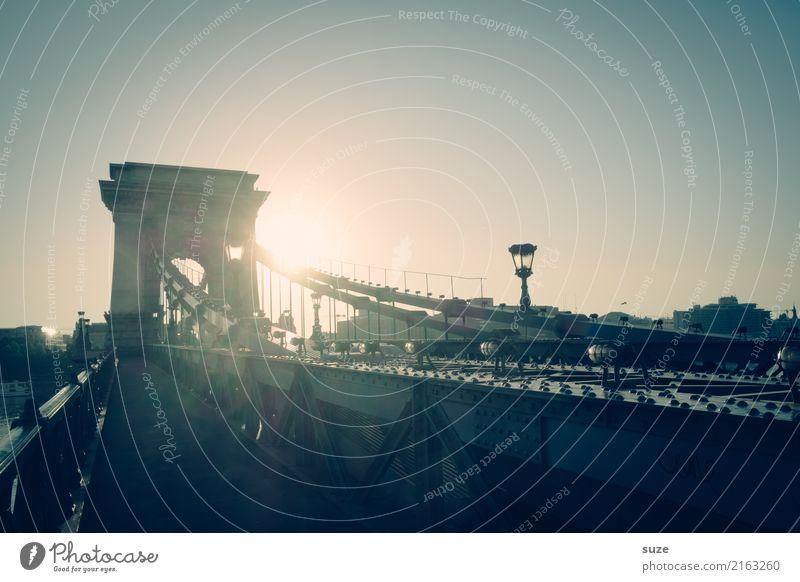 Verkettung Ferien & Urlaub & Reisen Tourismus Sightseeing Städtereise Fluss Stadt Hauptstadt Stadtrand Altstadt Brücke Bauwerk Architektur Sehenswürdigkeit