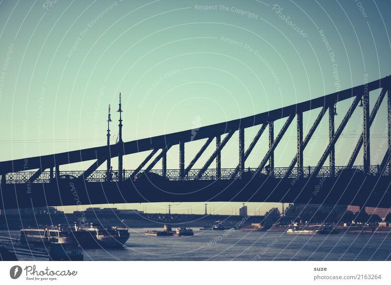 Profil alt Stadt Architektur Lifestyle Tourismus Wasserfahrzeug Europa Kultur Brücke historisch Vergangenheit Fluss Sehenswürdigkeit Güterverkehr & Logistik