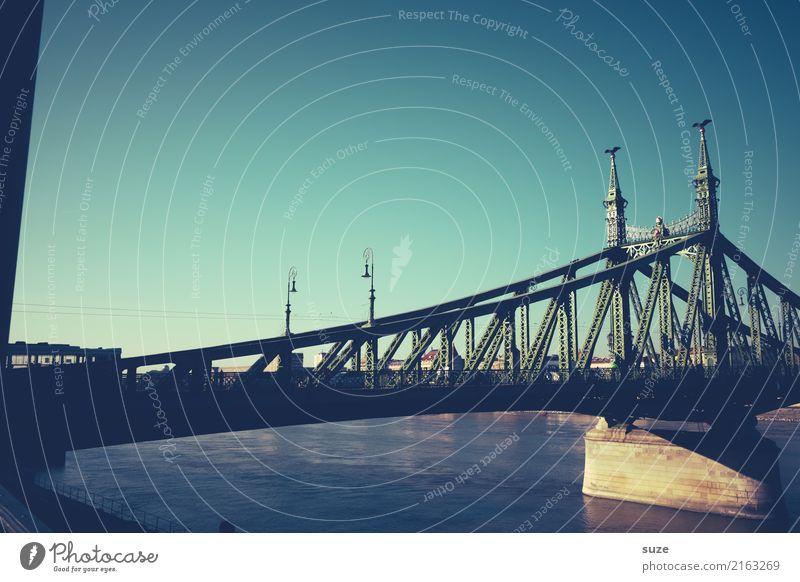 Brücke am Fluß Ferien & Urlaub & Reisen Tourismus Sightseeing Städtereise Kultur Himmel Stadt Hauptstadt Stadtrand Altstadt Bauwerk Architektur Sehenswürdigkeit
