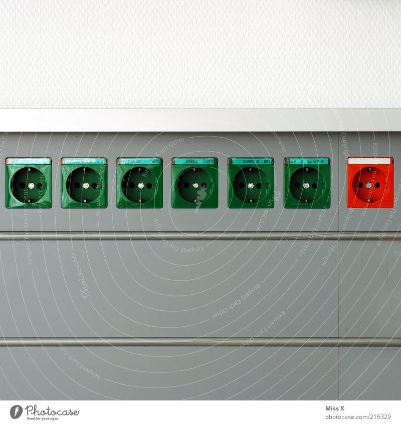 grün grün grün grün grün grün rot Technik & Technologie Energiewirtschaft Energiekrise Mauer Wand Farbe Elektrizität Stromverbrauch Steckdose Energie sparen
