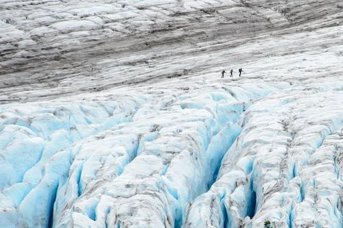 Exit Gletscher Mensch blau weiß Winter kalt Wege & Pfade Menschengruppe grau wandern Eis gefährlich bedrohlich Frost Zusammenhalt frieren Am Rand