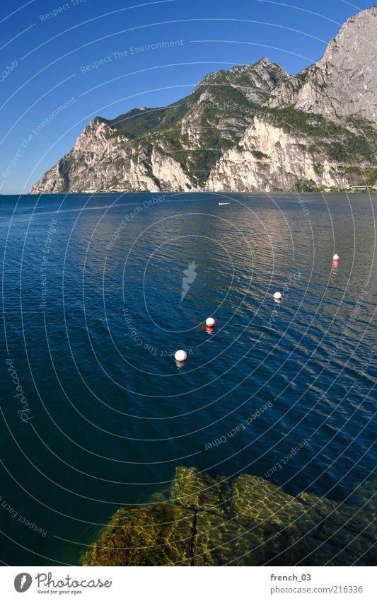 Gardasee ganz ruhig Wasser Himmel Sonne grün blau Sommer Ferien & Urlaub & Reisen ruhig Erholung Berge u. Gebirge grau See Landschaft Stimmung Felsen Alpen