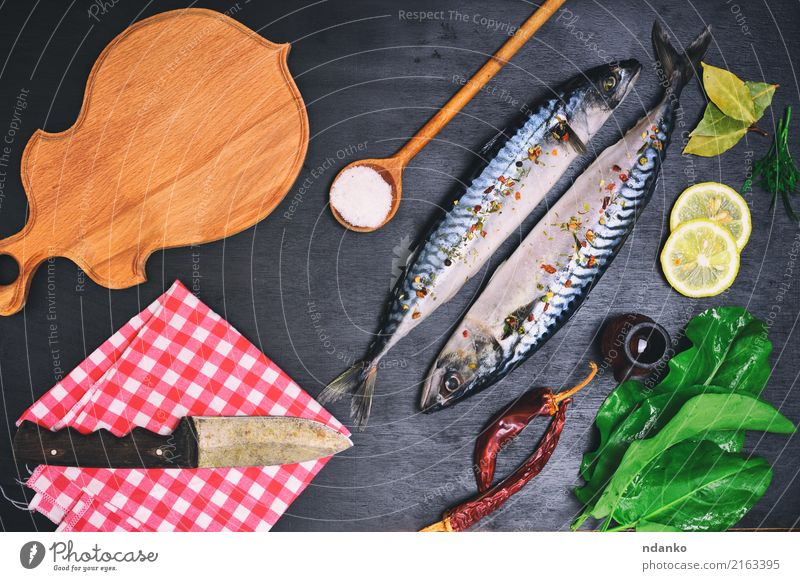 frischer Makrelenfisch mit Gewürzen Natur grün Tier schwarz natürlich Holz Ernährung Tisch Fisch Kräuter & Gewürze Gastronomie Restaurant Abendessen Messer