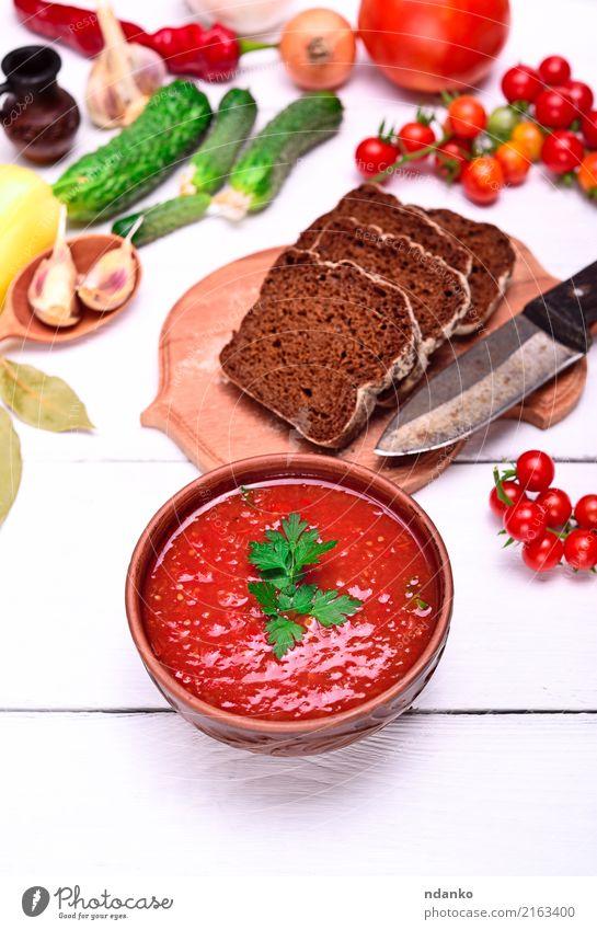 Gazpacho spanische kalte Suppe Gemüse Brot Eintopf Kräuter & Gewürze Ernährung Mittagessen Abendessen Vegetarische Ernährung Diät Teller Messer Sommer Tisch