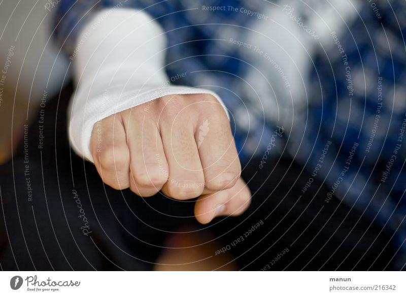 Kausalzusammenhang Gesundheitswesen Krankheit Junger Mann Jugendliche Erwachsene Leben Hand Finger Faust Schmerz Missgeschick Verband Fraktur Farbfoto