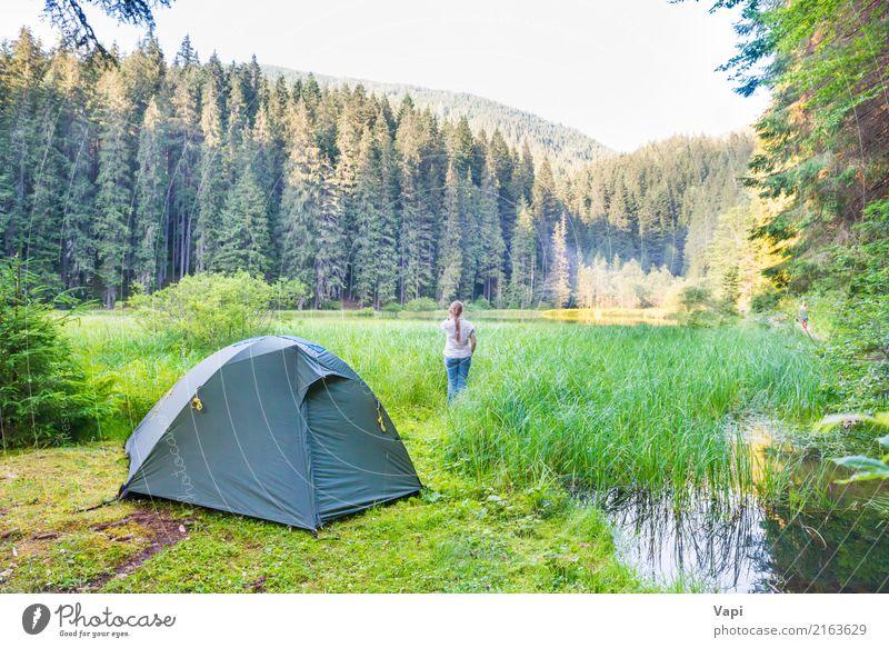Junge Frau nahe grünem Zelt und Waldsee Lifestyle schön Gesundheit Gesundheitswesen Fitness Wellness Leben harmonisch Wohlgefühl Erholung Meditation