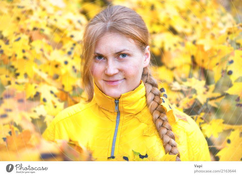 Recht junge Frau mit dem roten Haar im Herbstpark Mensch Natur Ferien & Urlaub & Reisen Jugendliche Pflanze Junge Frau Farbe schön Baum Blatt Freude Wald