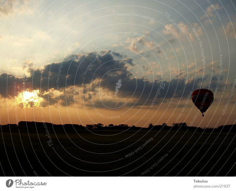 Ballon in der Abendröte Luftverkehr Abenrot Himmel Sonne Ballone