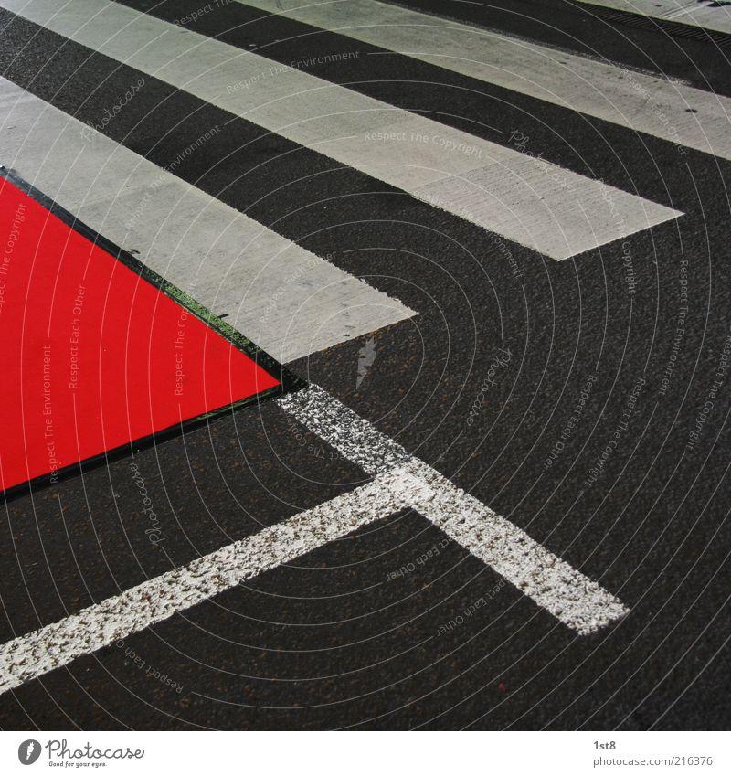 overdressed Straße Wege & Pfade Verkehr ästhetisch Asphalt einzigartig außergewöhnlich Verkehrswege Muster Zebrastreifen Klebeband Fahrbahnmarkierung Roter Teppich übergangslos