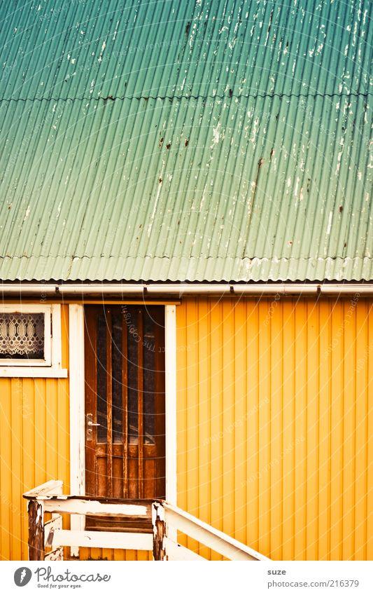 Haustür Häusliches Leben Wohnung Hütte Gebäude Fassade Tür Dach Dachrinne gelb türkis Føroyar Wellblech Eingang Gardine Holztür Wand Streifen Farbfoto
