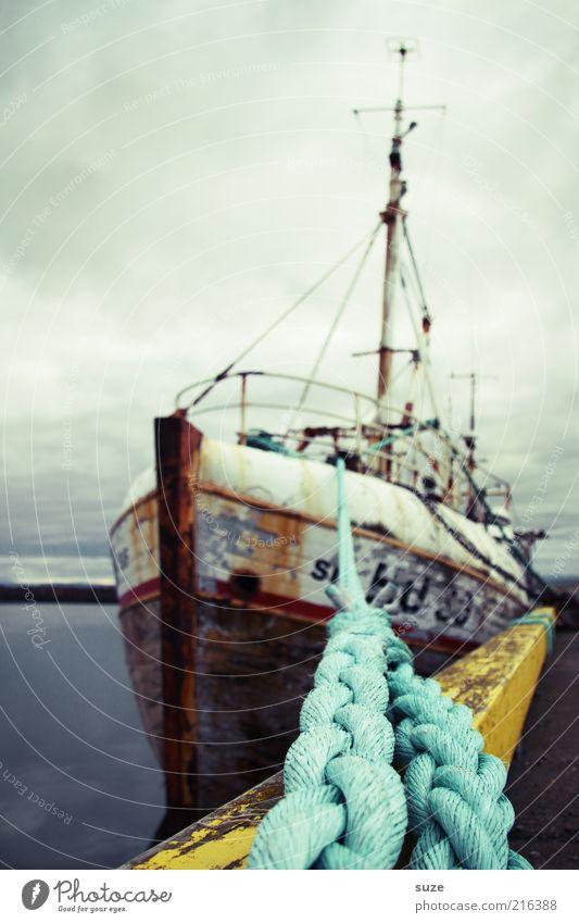 Kutter Himmel alt Meer Wolken Umwelt kalt Luft liegen Wasserfahrzeug Wetter authentisch Urelemente Seil Hafen fantastisch Rost