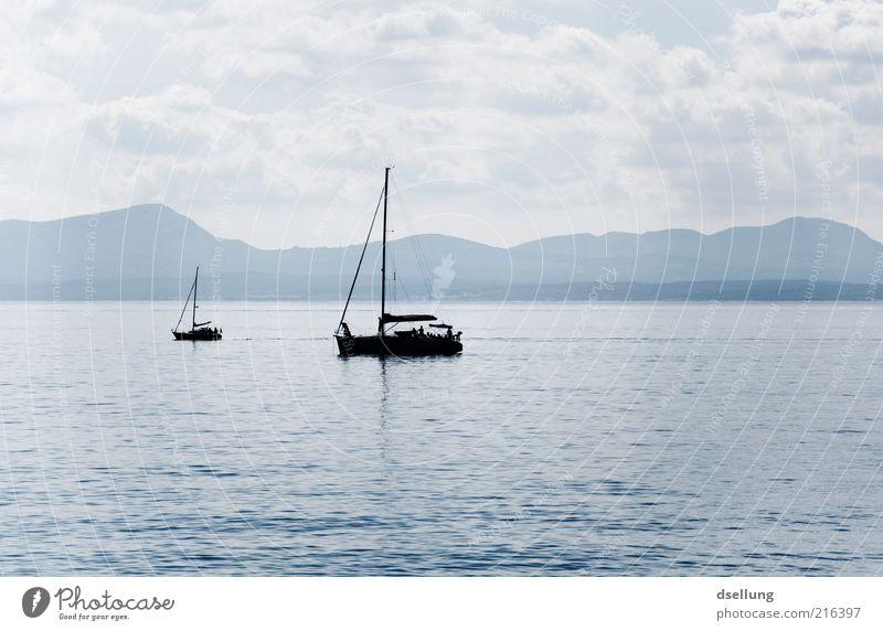 Mallorca VIII Landschaft Wasser Himmel Schönes Wetter Meer Mittelmeer Insel Erholung blau grau schwarz ruhig Wasserfahrzeug Segelboot See Bucht Farbfoto