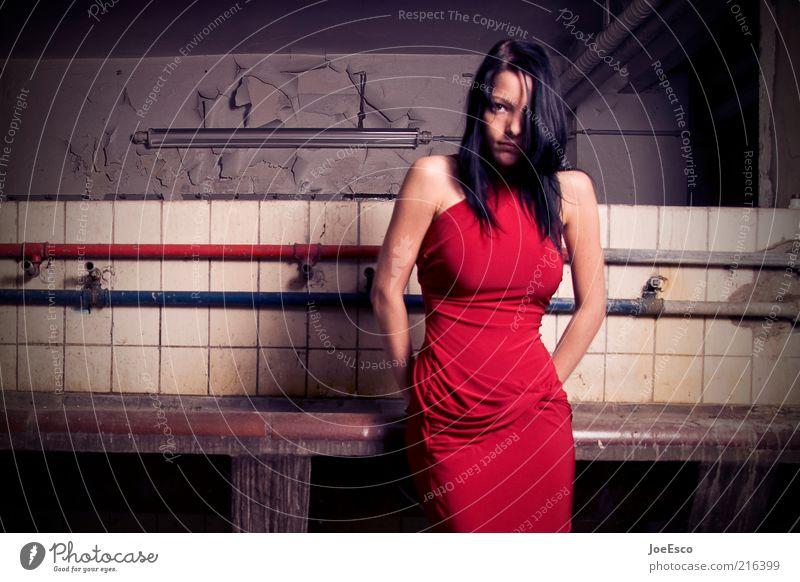 red dress Lifestyle elegant Stil schön Mensch Frau Erwachsene Leben 1 18-30 Jahre Jugendliche Mode Kleid langhaarig Erholung stehen träumen bedrohlich dunkel