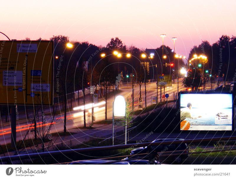 Holzweg Fahrzeug Langzeitbelichtung Licht rot Geschwindigkeit Rücklicht Nacht Dämmerung Verkehr grün weiß Lampe Laterne Straßenbeleuchtung Werbung