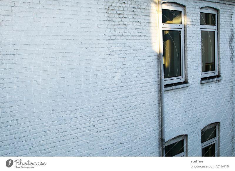 Morgensonne weiß Sommer Haus Wand Fenster träumen Stein Mauer Fassade trist Warmherzigkeit Backstein Schönes Wetter aufwachen Gebäude Backsteinfassade