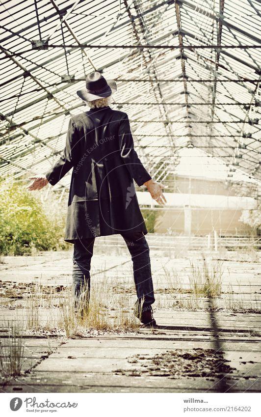 alright, lass es regnen | AST10 Lifestyle maskulin Mann Erwachsene Leben Mensch Gewächshaus Jeanshose Gehrock Hut weißhaarig Verfall Häusliches Leben Zukunft