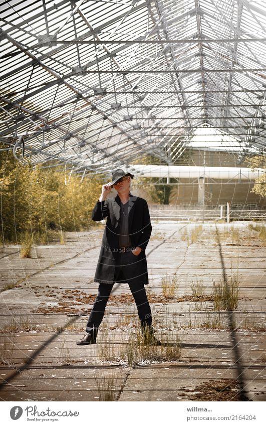 der modezar im luftigem loft Mann Lifestyle Erwachsene Leben Mode maskulin Sträucher einzigartig Coolness Männlicher Senior Hut Model Verfall Jeanshose Jacke