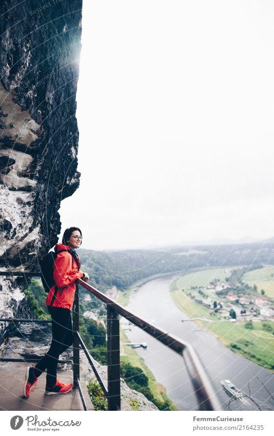 Wandern (13) Mensch Frau Natur Jugendliche Junge Frau 18-30 Jahre Erwachsene feminin Felsen wandern Aussicht Abenteuer Rucksack Elbe Regenjacke 30-45 Jahre