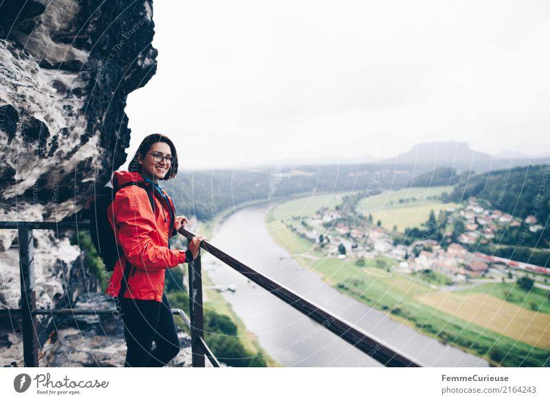 Wandern (01) feminin Junge Frau Jugendliche Erwachsene Mensch 18-30 Jahre 30-45 Jahre Abenteuer Natur Sächsische Schweiz wandern Regenjacke rot Aussicht