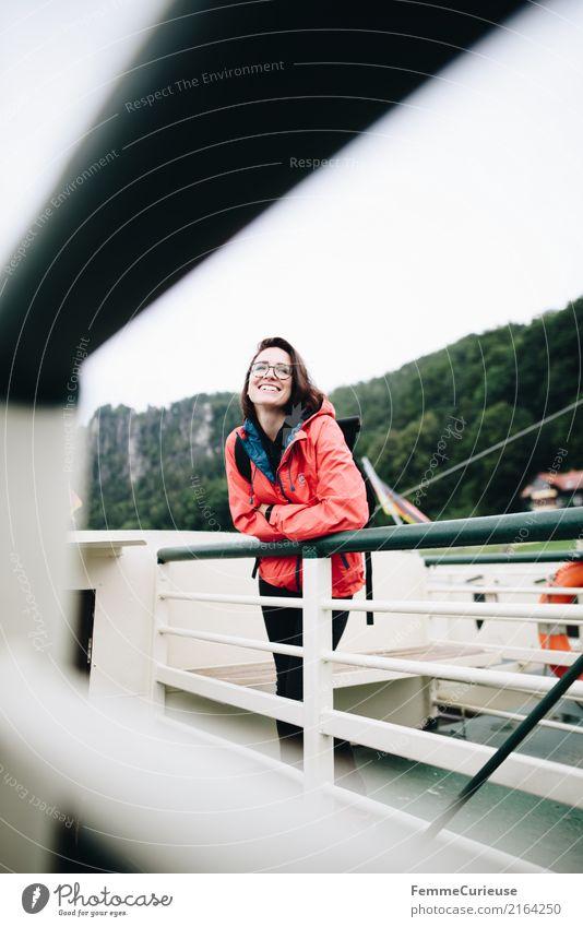 Wandern (03) feminin Junge Frau Jugendliche Erwachsene 1 Mensch 18-30 Jahre 30-45 Jahre Lebensfreude Leichtigkeit Sächsische Schweiz Fähre Wasserfahrzeug