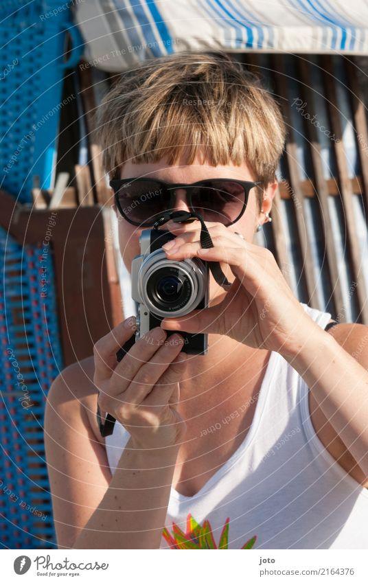 Fotografenblick Ferien & Urlaub & Reisen Junge Frau Sommer Freude Strand Tourismus Freizeit & Hobby Ausflug Sommerurlaub Fotokamera Leidenschaft Konzentration
