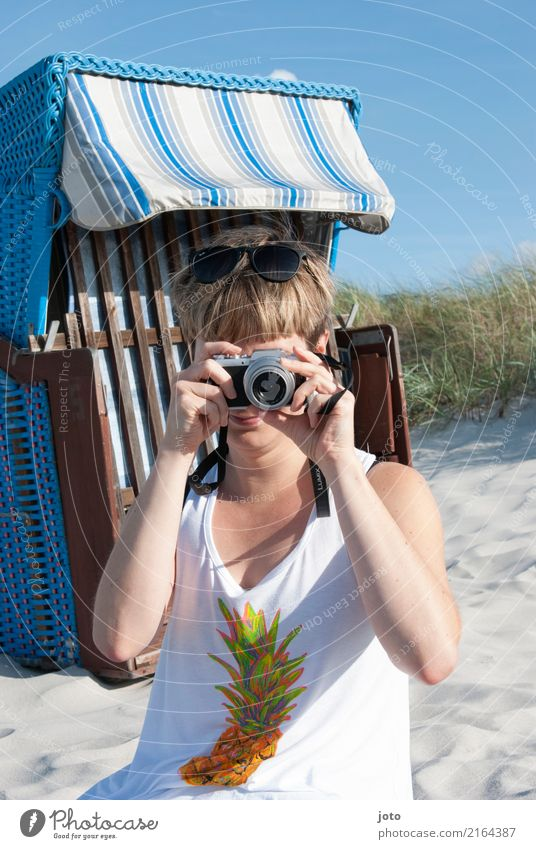 Fotografieren Frau Ferien & Urlaub & Reisen Junge Frau Sommer Freude Strand 18-30 Jahre Tourismus Freizeit & Hobby Ausflug modern Lebensfreude beobachten
