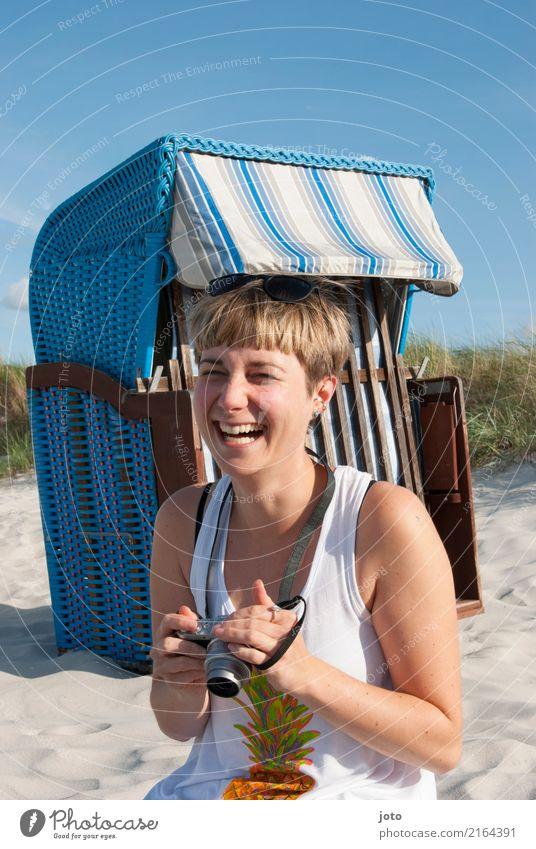 schlapp lachen Leben Zufriedenheit Ferien & Urlaub & Reisen Tourismus Ausflug Sommer Sommerurlaub Fotokamera Junge Frau Jugendliche Strand Lächeln authentisch