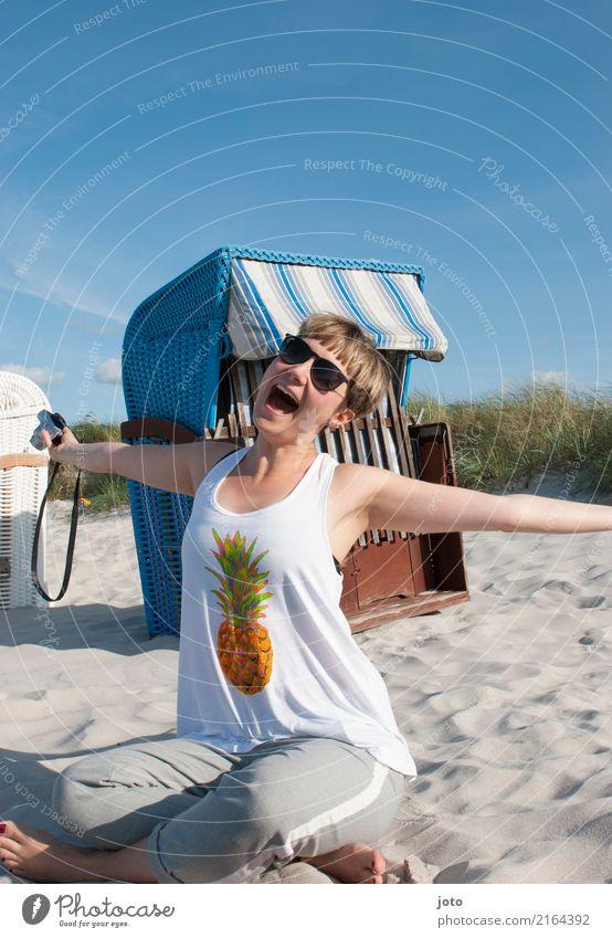 Endlich Sommerurlaub! Freude Glück Zufriedenheit Erholung Freizeit & Hobby Ferien & Urlaub & Reisen Tourismus Ausflug Strand Fotokamera Junge Frau Jugendliche