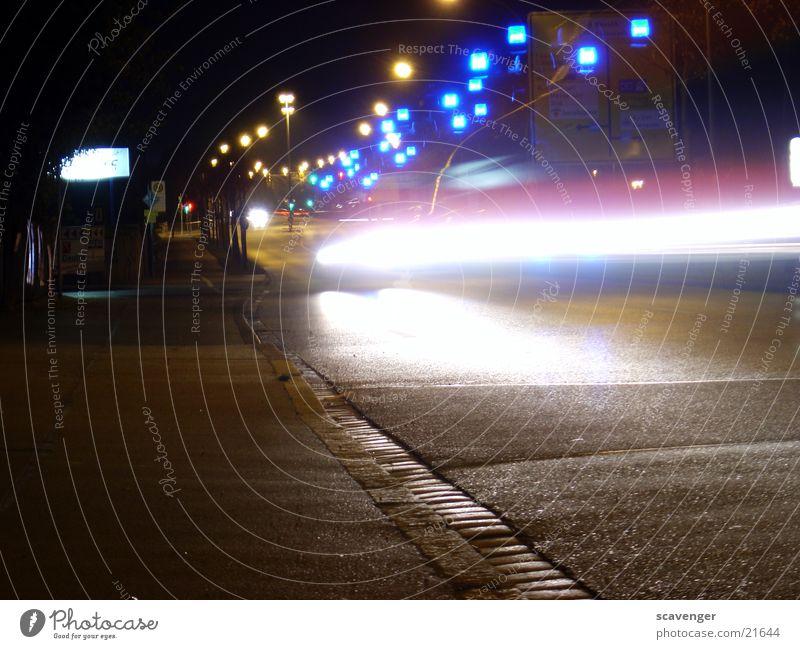 Nachtrettung dunkel Licht Langzeitbelichtung Krankenwagen Streifen Rettung Notfall blau PKW Straße