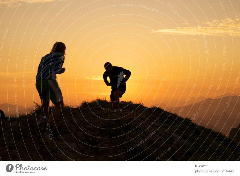 Duell im Morgengrauen Himmel Freude Ferne Berge u. Gebirge Glück Freundschaft wandern maskulin Energie Tourismus Hügel Aussicht Konflikt & Streit Partnerschaft Abenddämmerung frech