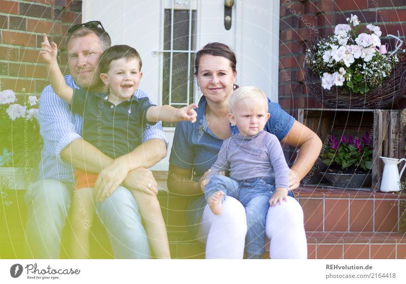 Familie Kind Frau Mensch Mann Freude Erwachsene Lifestyle Liebe feminin Familie & Verwandtschaft Junge Glück Zusammensein Häusliches Leben Freizeit & Hobby