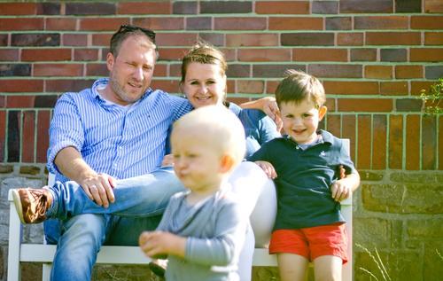 Familie Kind Frau Mensch Mann Freude Erwachsene Lifestyle Wand Liebe natürlich feminin Familie & Verwandtschaft lachen Junge Glück Mauer