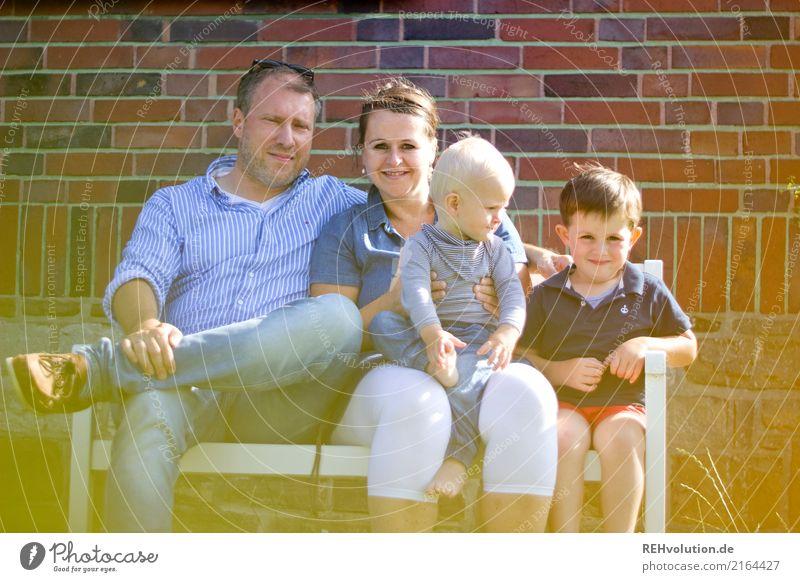 Familienbande Lifestyle Freude Glück Freizeit & Hobby Garten Bank Mensch Eltern Erwachsene Mutter Vater Geschwister Familie & Verwandtschaft Kindheit 4