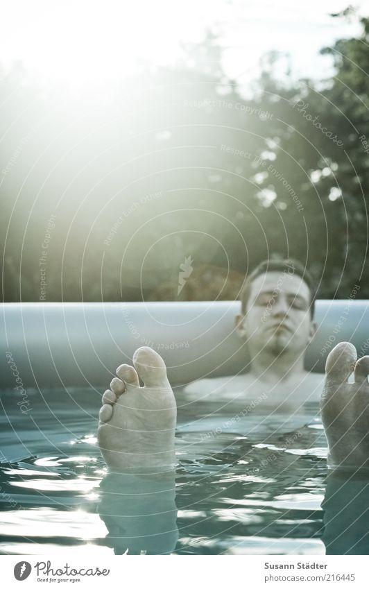 Sommersehnsucht Mann Erwachsene Fuß 1 Mensch 18-30 Jahre Jugendliche genießen ruhen schlafen Halbschlaf Schwimmbad Garten glänzend Wellen nass schrumplig