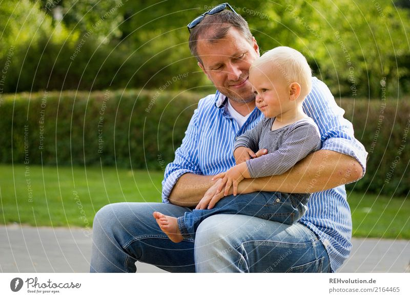 Vater und Sohn Ausflug Kind Kleinkind Junge Erwachsene Familie & Verwandtschaft Kindheit 2 Mensch 1-3 Jahre 30-45 Jahre Umwelt Natur Park Lächeln sitzen