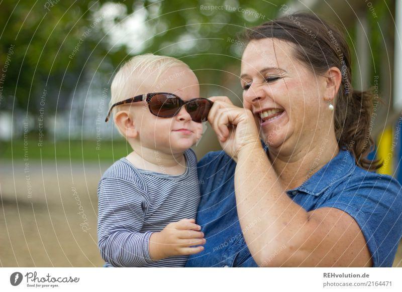 durchblick Kind Frau Mensch Freude Erwachsene Liebe lustig lachen Glück Zusammensein Zufriedenheit Park Kindheit authentisch Fröhlichkeit Lebensfreude