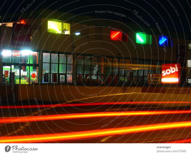nightshot1 Nacht dunkel Licht Langzeitbelichtung Streifen Gewerbe Ampel getränkemarkt PKW Straße