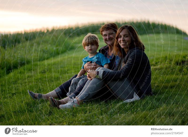 Familienbande Mensch Kind Frau Natur Jugendliche Junge Frau Sommer Landschaft Freude 18-30 Jahre Erwachsene Liebe Wiese feminin Gras Familie & Verwandtschaft