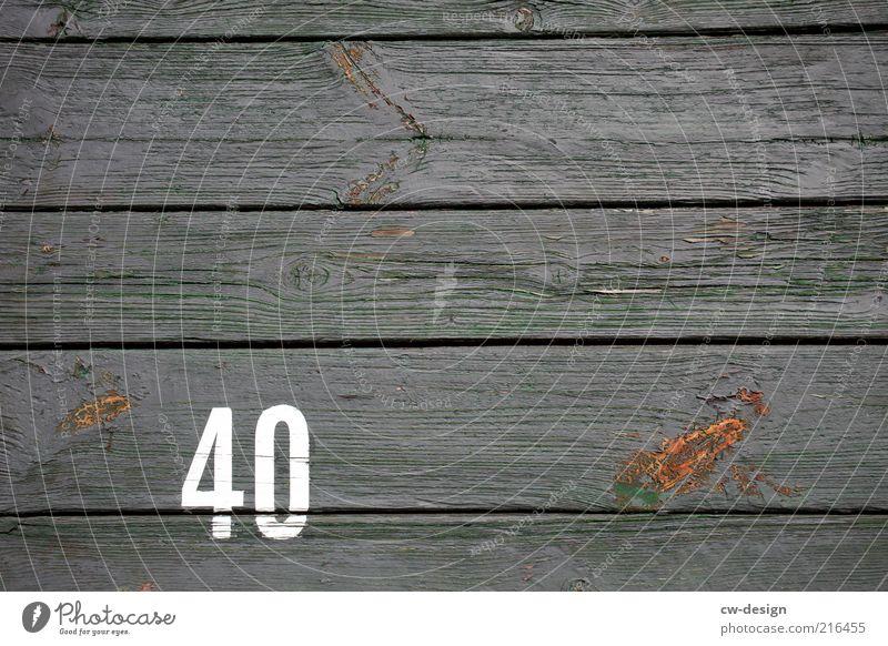ab 40.. alt weiß Holz grau Schilder & Markierungen Fassade retro trist Information Ziffern & Zahlen Vergänglichkeit Zeichen Verfall trashig Bodenbelag