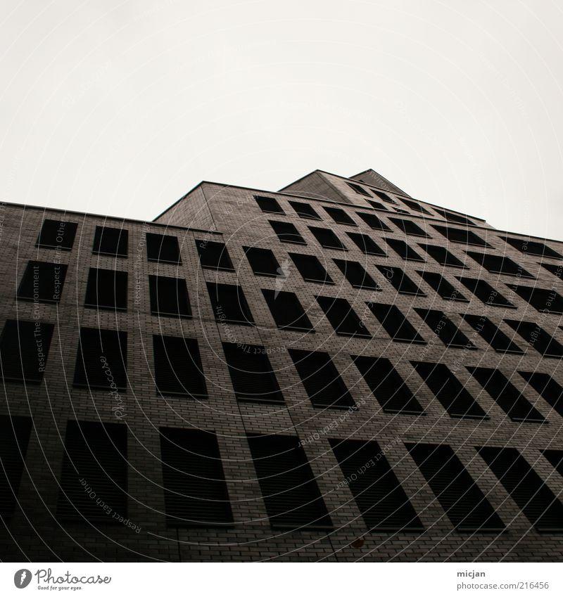 Abandoned |This Is So Wildly Scary To Me Einsamkeit Fenster Wand Architektur Gebäude Mauer Fassade Wachstum Perspektive Macht bedrohlich Bankgebäude Bauwerk