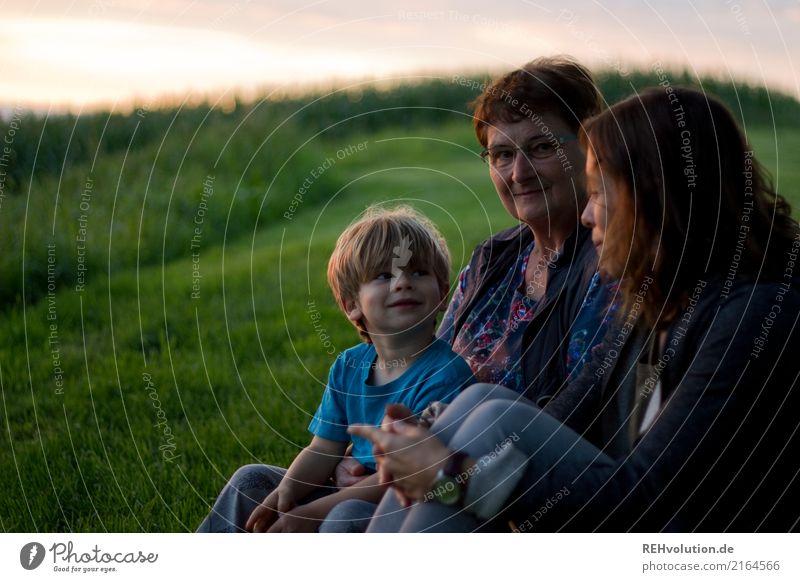 Familienbande Kind Mensch Natur Jugendliche alt grün Landschaft Freude 18-30 Jahre Erwachsene Umwelt sprechen Senior Wiese feminin Familie & Verwandtschaft