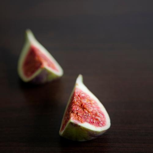 2 Feiglinge grün weiß rot Ernährung braun Gesundheit Frucht frisch süß weich violett Teile u. Stücke lecker reif Gesunde Ernährung Kerne