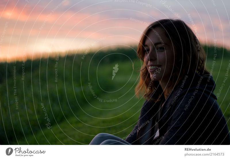Julia | sonnenuntergang Mensch Frau Himmel Natur Jugendliche Junge Frau Sommer Landschaft Erholung Wolken 18-30 Jahre Gesicht Erwachsene Umwelt Wiese natürlich