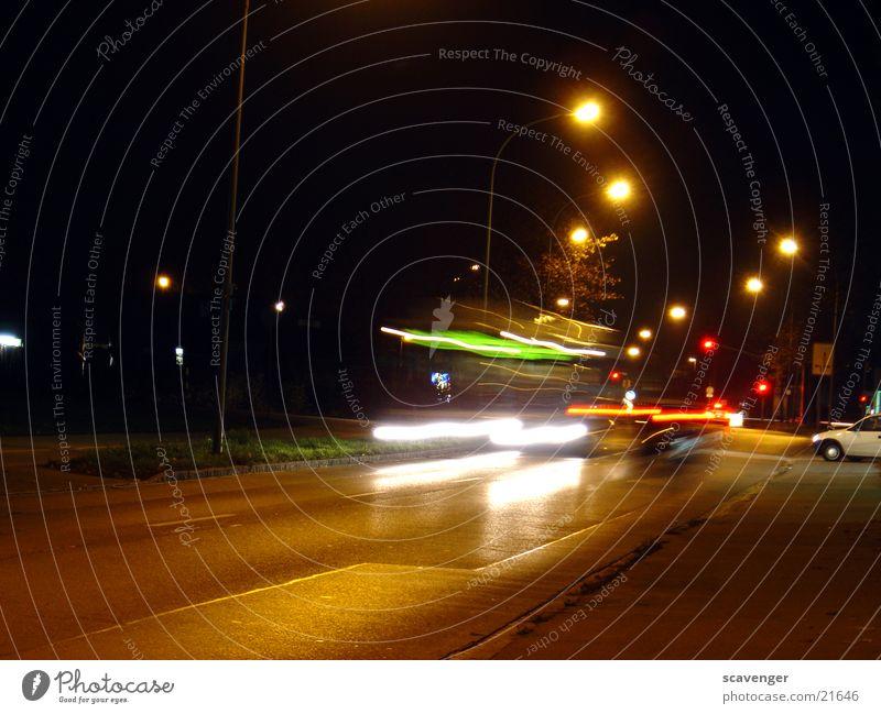 nachtbus weiß grün rot Straße Lampe Bewegung PKW Verkehr Geschwindigkeit Aktion Laterne Bus Fahrzeug Rücklicht