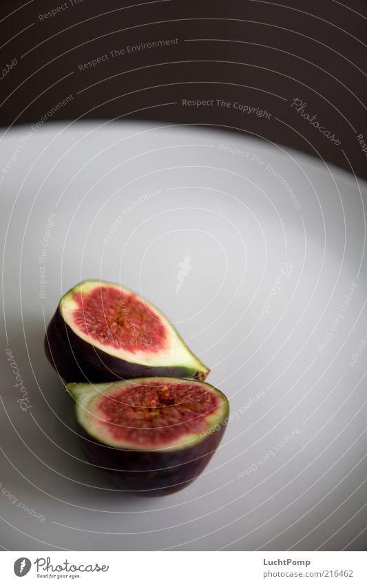 halb&halb Feige rot violett Fruchtfleisch saftig fruchtig Hülle aufgeschnitten Teller Tellerrand braun roh Gesundheit lecker reif süß Gesunde Ernährung