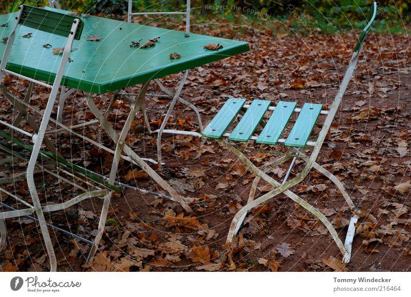 Nachsaison Tourismus Garten Möbel Stuhl Tisch Restaurant Gastronomie Herbst schlechtes Wetter Blatt Idylle Verfall Vergangenheit Wandel & Veränderung Biergarten